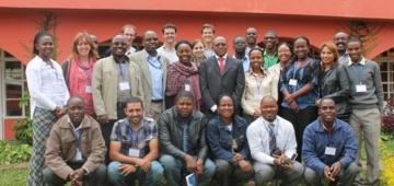 UNEPのゲスト講演者と共に集合写真のポーズを取る参加者写真提供:Tiwonge Mzumara