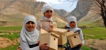 自分たちで作った巣箱を持つKani Shok小学校の女生徒写真提供:Nature Ira