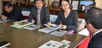 門川町長から話を聞く日本野鳥の会職員の山本裕氏(中左)とバードライフ海鳥担当者(中右)(夕刊デイリー新聞社提供)