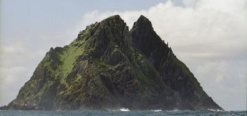 僧院から海鳥の安息地に変わったスケリグ・マイケル島 写真提供: Jerzy Strzelecki/Wikipedia